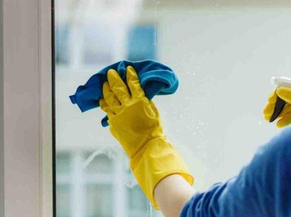 Cara Cepat Bersihkan Bagian Luar Jendela Rumah Penuh Debu